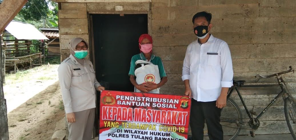 Satresnarkoba Polres Tulang Bawang Distribusikan Bantuan Sosial Untuk Warga di Dua Kampung
