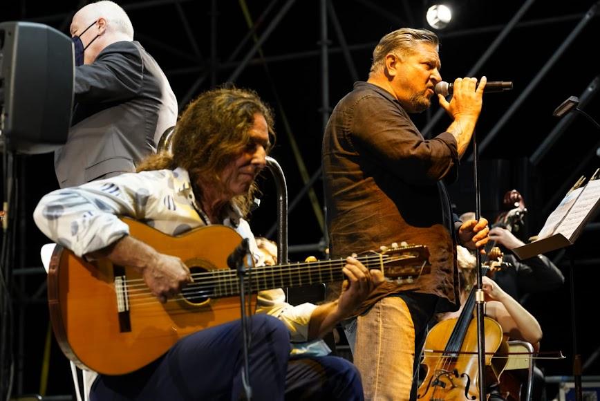 Diego Cruz y Tomatito, con la OCAL detrás.