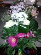 Photo: gerbe à la main (bouquet) fleurs: gerbera rose rose blanche  alvéolés (chrysantheme) gypsophile lys feuillage: fougère, aspidistra (feuillage enroulé)  total 40 euros environ
