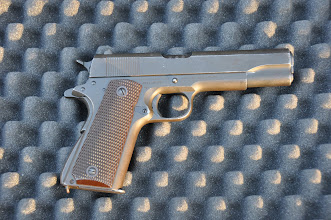 Photo: Americká samonabíjecí pistole Colt M1911A1, ráže 45 ACP. Dlouho užívaný model služební pistole v armádě USA ve většině významných válečných konfliktech. Např. 1. a 2. světová válka, válka v Koreji (1950-1953), ve Vietnamu (1964-1975) a dodnes hojně užívaná v různých variantách u policejních a armádních složek velkého množství států. Autor popisku: Štěpán Pravda, student 1. A.