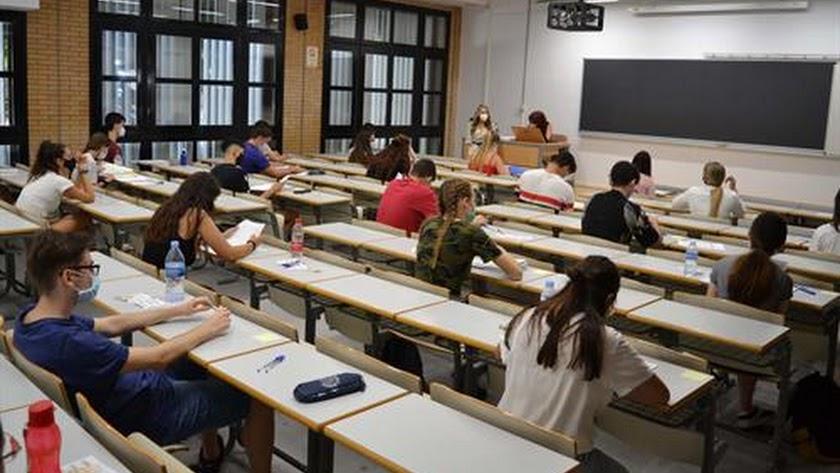 Estudiantes de la UAL con mascarilla durante una clase.