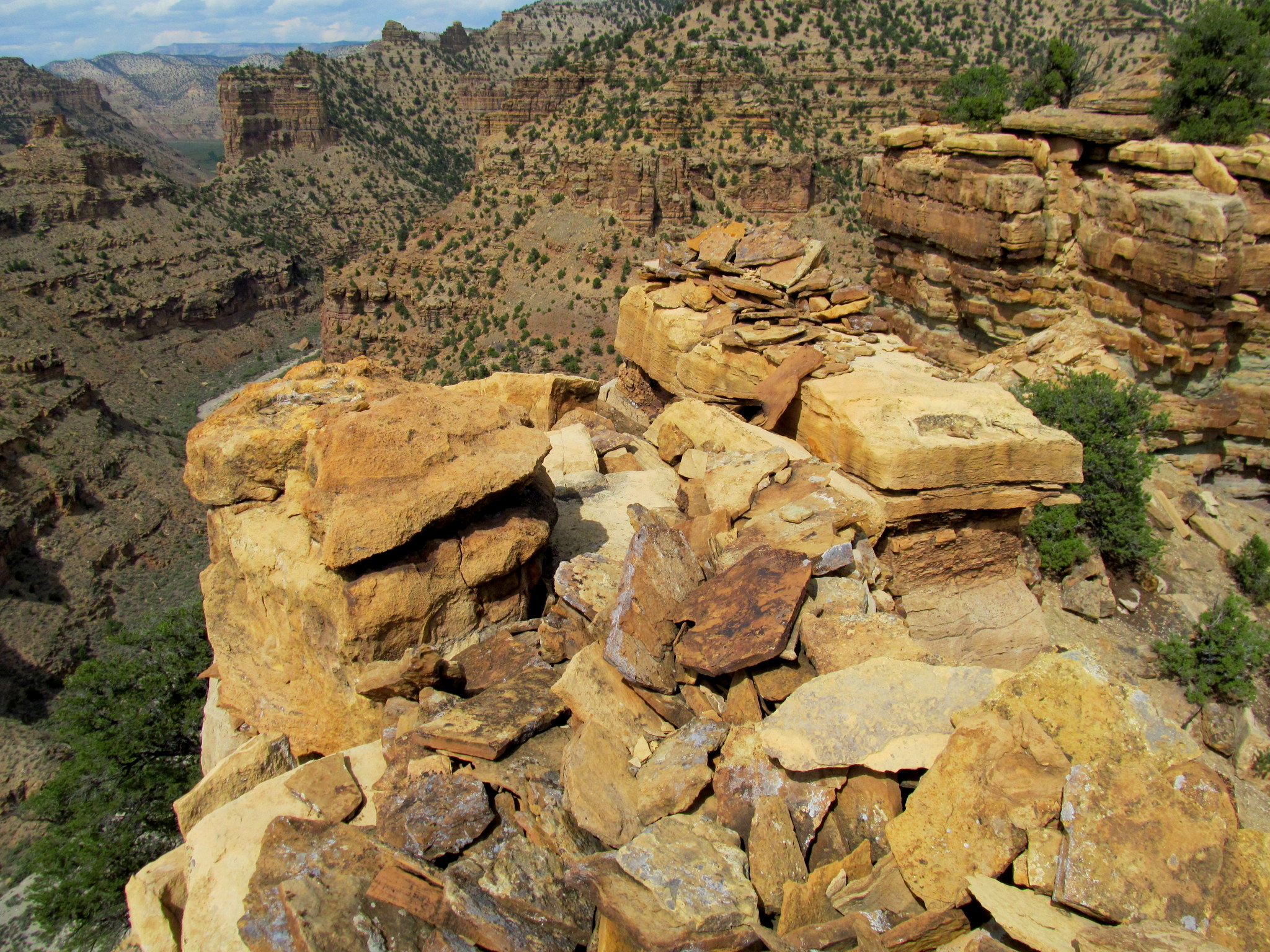 Photo: Fallen rock walls on the edge of the butte