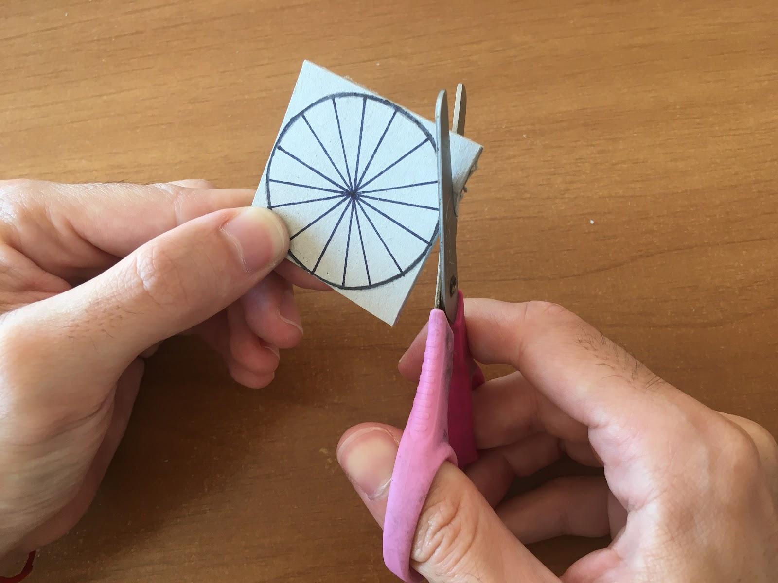 Corte con tijera de una circunferencia en cartón.