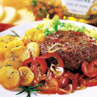 Tatar-Burger mit Zwiebeln und Paprika