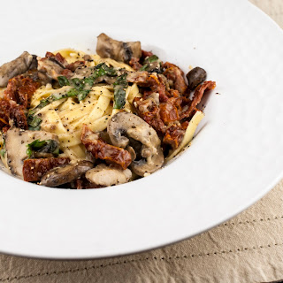Fettuccine with Mushrooms and Sun Dried Tomatoes in Cream Sauce Recipe