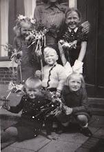 """Photo: Haontie op een stokkie. Ze staan bij de woning Kerkstraat 7 te Eext van de familie Albert Dekker. Vooraan links Marchienus Jobing, daarachter zijn zus Jantje Jobing. Rechts vooraan het buurmeisje Hennie Enting. Het jongetje """"centraal"""" op de foto is Bert van der Woude en het meisje rechts is zijn zus. Zij zijn familie van de fam. Dekker."""