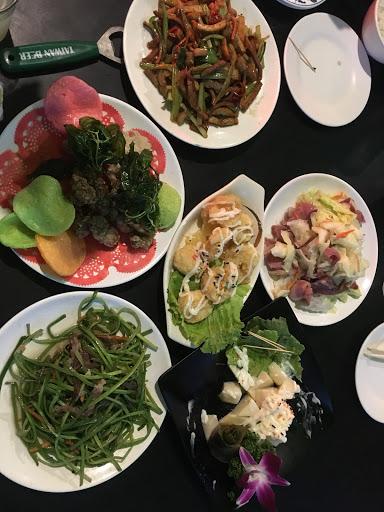 今天晚上老師聚餐帶我們幾個去吃熱炒啦 從大陸過來第一次吃台灣的熱炒 蠻特別的感覺,味道都不錯,有一群畢業高中生在旁邊,哎青春正好。