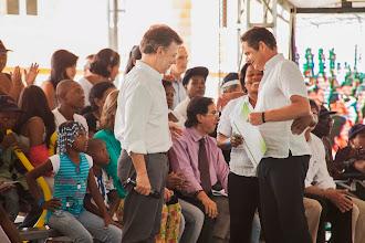 Photo: El Presidente Juan Manuel Santos y el Ministro saliente Vargas Lleras, mientras entregan las escrituras y las llaves de su casa gratis a una de las felices beneficiarias.