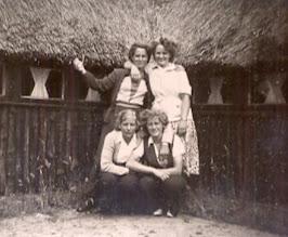 Photo: Staand: Aaltje Brinks en Geertje Lanjouw Knielend: Aaltje Hadderingh en Giny Lanjouw