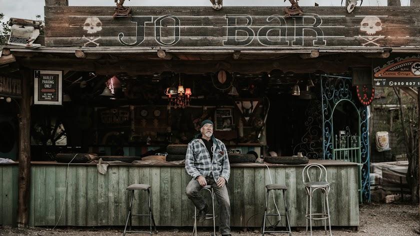 Jo, ante su bar. Foto de Rosa Fenty.