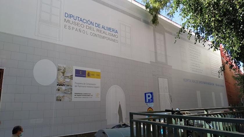 Lona que cubre la fachada a la calle Hospital del futuro Museo del Realismo Español