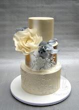 Photo: Infos über diese Torte findet ihr auf meinem Blog http://tortentante.blogspot.de/2014/07/hochzeitstorte-mit-blattsilber-und.html