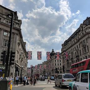 祝!ハリー王子&メガンさん。スシからお面まで、ロンドンに溢れるロイヤル・ウエディング・グッズ
