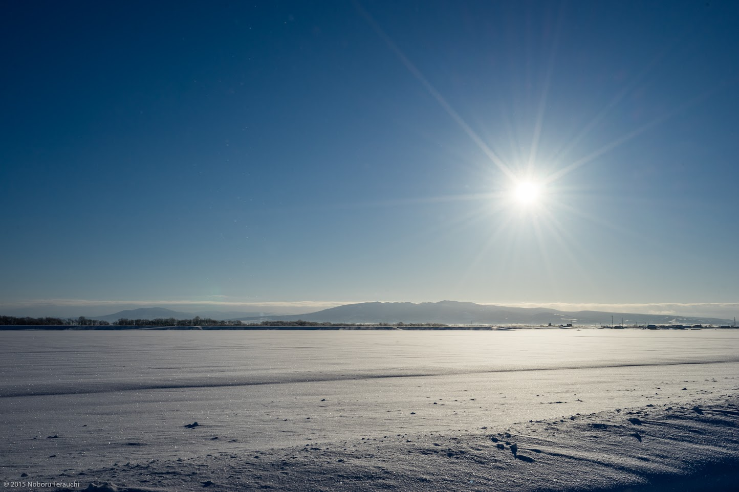 ダイヤモンドを散りばめたように輝く雪原