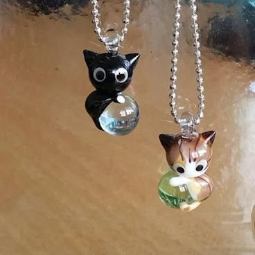 新作繼續是貓貓 水晶球玻璃貓頸鏈 #燈工 #玻璃貓 #貓頸鏈 #貓吊飾 #水晶球 #玻璃球 #lampworking #lampworkcats