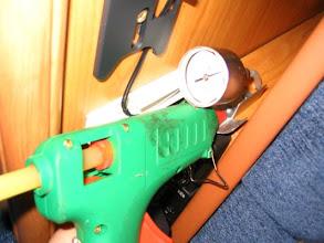 Photo: Fijación del manómetro con el soporte
