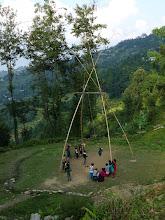 Photo: D'énormes balançoires en bambou sont érigées dans les villages lors des fêtes de Dasain et de Tihar. Celle-ci sera le lieu de notre premier campement à Kalikasthan (1215 m)