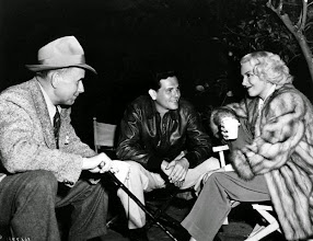 "Photo: Set de ""O Destino Bate à sua Porta""(The Postman Always Rings Twice): Diretor Tay Garnett, John Garfield e Lana Turner."