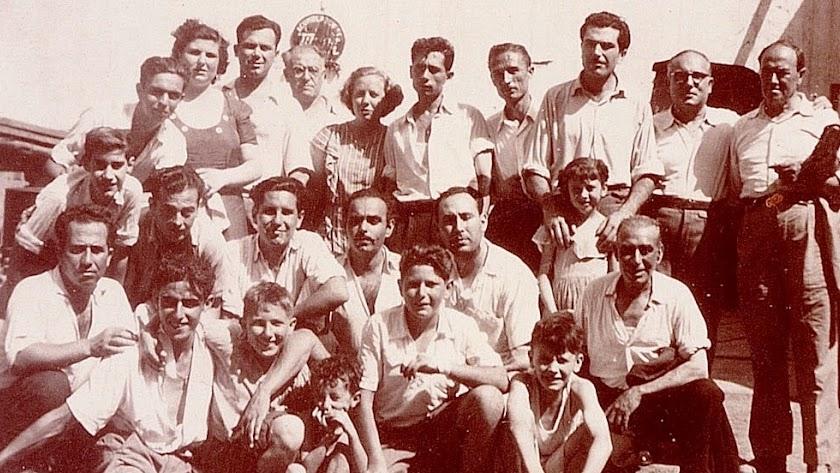 Empleados del Taller en el patio central de la calle San Leonardo. El propietario Miguel García Bretones, con gafas, detrás, en el centro.