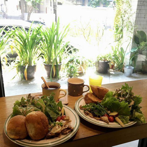 Solar Table於光,難怪一堆人吃過一次都會再來回訪,滿滿的生菜沙拉搭上胡麻醬健康又清爽,法國土司跟馬鈴薯蜂蜜麵包好吃有嚼勁,還有甜的蓬鬆厚鬆餅做完美ending ( 大進街 / 近東興國小 )