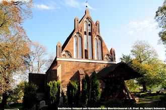 Photo: Dorfkirche Velgast  (Grabstelle des Oberkirchenrat Prof. Dr. Eckart Schwerin)  Helfen Sie mit! Kontakt: Eckart Schwerin-Stiftung c/o RA Martin Lorentz Platz der Freiheit 7a 19053 Schwerin   Telefon  (0385) 51 85 118 Telefax   (0385) 51 85 140   projekt@schulen-in-tansania.de www.schulen-in-tansania.de  Spendenkonto:  Eckart Schwerin-Stiftung   Konto 270 270 BLZ 520 604 10 Bank EKK Schwerin