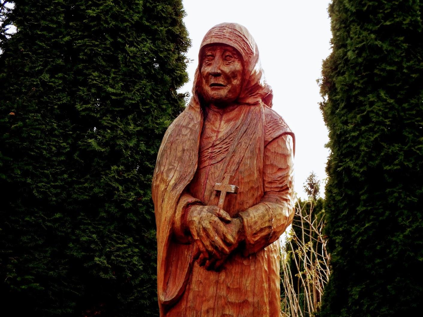 Vasszécseny - Boldog Kalkuttai Teréz anya szobra a plébániakertben