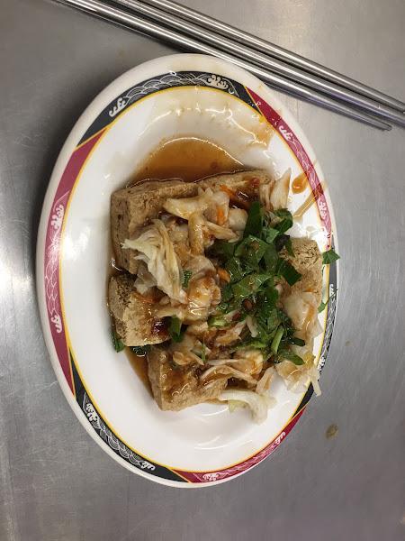 臭豆腐(小)60  味道跟醬都還不錯吃 但不算多 豆腐是不厚的 外皮酥脆  上頭還有九層塔很香