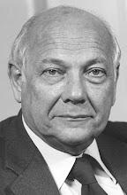 Foto: Johannes Marten (Joop) den Uijl (Hilversum, 9 augustus 1919 – Amsterdam, 24 december 1987) was een Nederlands politicus. Hij was van 1967 tot 1986 de politiek leider van de Partij van de Arbeid en van 1973 tot 1977 minister-president van Nederland. Zijn achternaam luidde officieel 'Den Uijl', maar hij gebruikte altijd de spelling 'Den Uyl'.