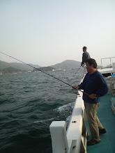 Photo: ・・・という事で船の燃料購入をかねて、港の堤防の裏側に出た。 ナブラあちこちで出てるじゃーん! ・・・沖で出てくれんかねー。
