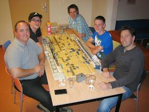 Photo: aan het einde van de avond weten de Duitsers (rechts) Tobruk nog in te nemen.