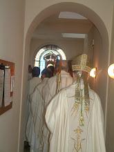 Photo: La processione dei concelebranti, chiusa dal nostro Vescovo, mons. Renato Corti, sta per entrare in coro