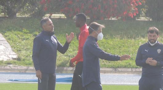 José Gomes hablando con Umar Sadiq en el inicio de la sesión.