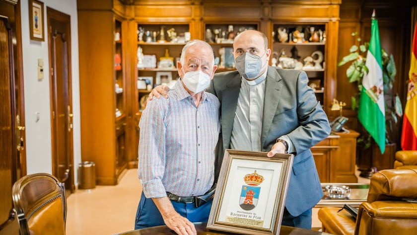 Gabriel Amat entrega a Ramón Garrido una metopa con el escudo del Ayuntamiento.