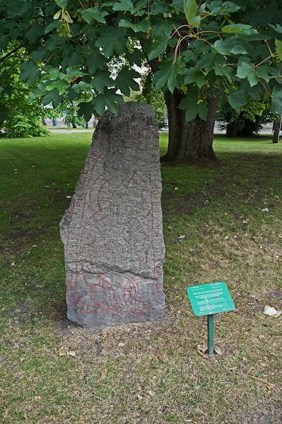 Photo: Uppsala universitet. Uppsala kommun, Uppland. 20140715. Universitetsparken och runsten. © Sven Olsson (e-post: kosmografiska@gmail.com)