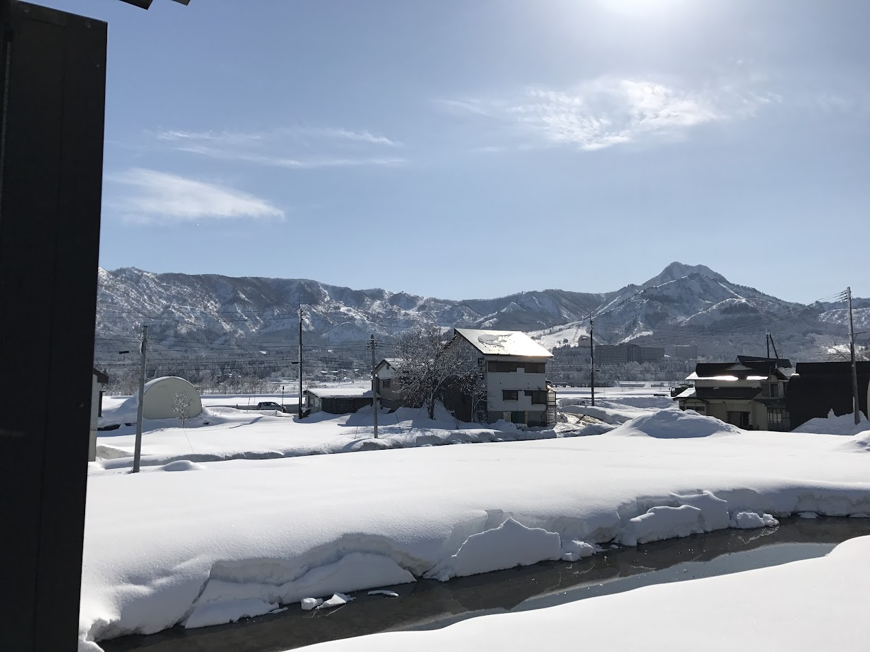 正面のかなたに見えるのが、舞子高原スキー場です。車で7~8分くらいでしょうか。ご町内といった雰囲気でしょうか。
