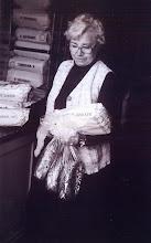 Photo: Aaltje Udding-Bonder met het krentenbrood