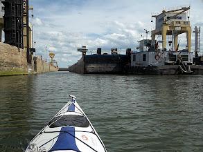 Photo: Vaskapu I. Egy tolóhajó mögött óvakodok be a zsilipbe
