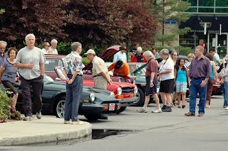 Photo: Nos voitures attiraient bien des regards sur la rue fermée pour notre exposition