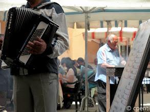 Photo: Pochi ambulanti soffriggono musica