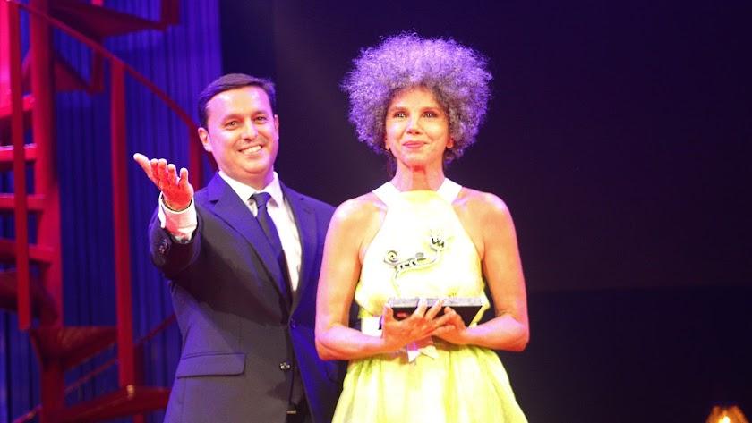 El presidente de la Diputación, Javier Aureliano García; y Victoria Abril tras recibir el homenaje del Festival Internacional de Cine de Almería.