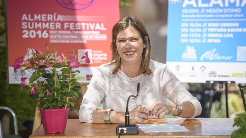 Ana Martínez Labella presentó ayer el festival frente a la Tetería Almedina de la calle Paz de la capital.
