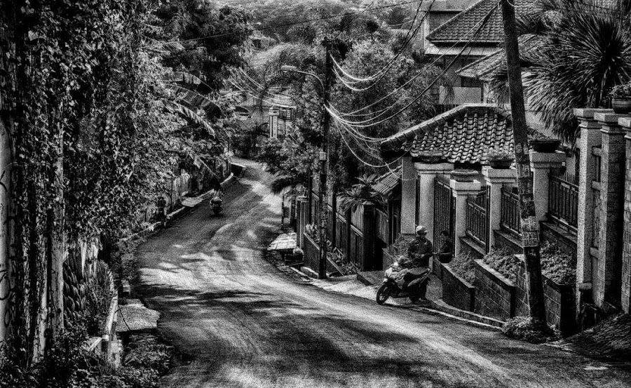 Goes down....... by Tigor Lubis - Black & White Street & Candid