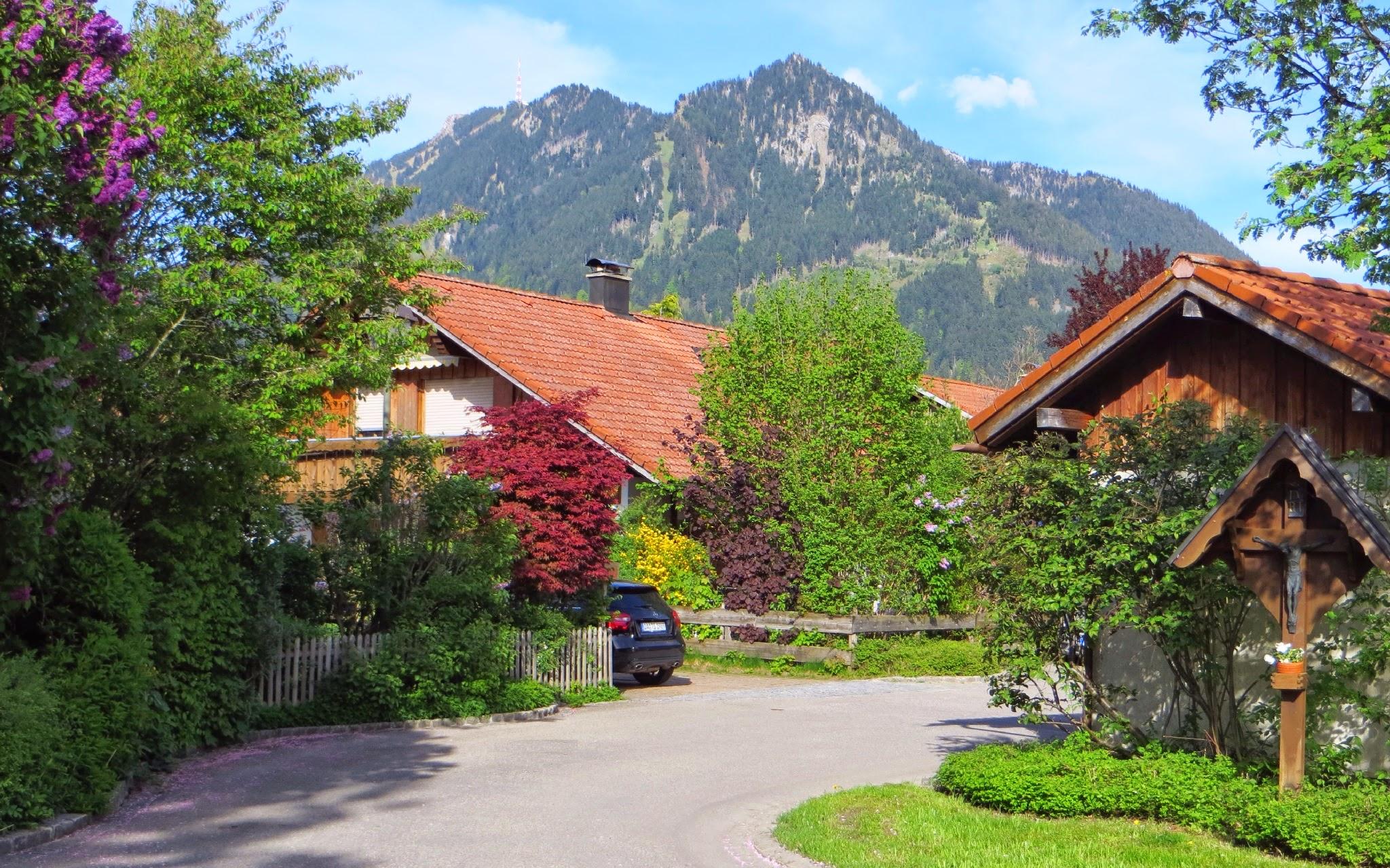 Photo: Blaichach Erlenweg Blick auf Grünten und Burgberger Hörnle mit Wegekreuz (Marterl) Spazieren: https://pagewizz.com/blaichach-spazieren-im-allgau-35033/