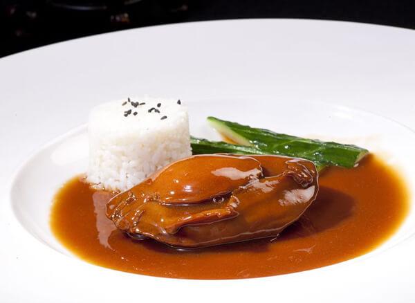 飽滿肥嫩浸在香甜滷汁中的鮑魚,總是讓人口水直流,這時配上一口飯,就是一個優雅卻不失華麗的開胃菜。