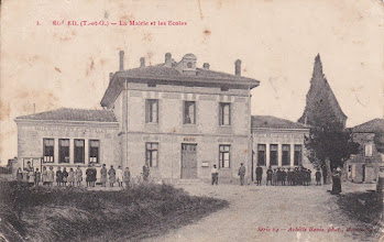 Photo: Orgueil (82) - Mairie et écoles - Cette carte postale a été envoyée par Monsieur Turroques à des amis pendant la guerre 14-18. Il indique repartir le lendemain au front