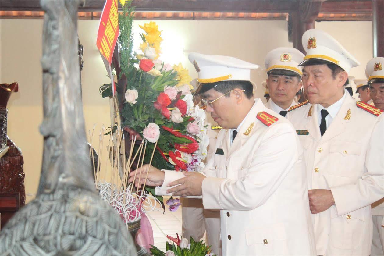 Thượng tá Nguyễn Xuân Thư, Trưởng phòng Báo CANA dâng hương tại Nhà tưởng niệm Cố Tổng Bí thư Lê Hồng Phong