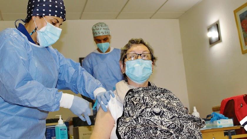 Primera almeriense que recibió la vacuna de Pfizer.