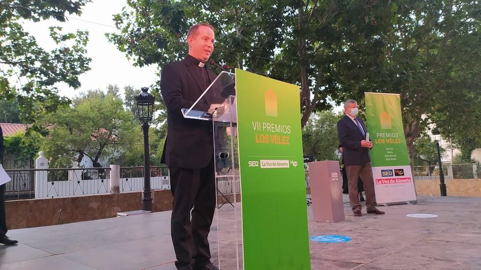 Javier Ruiz Pérez, presidente de la Junta de Cofradías, recoge el Premio Asociacionismo para la Semana Santa de Vélez Rubio.