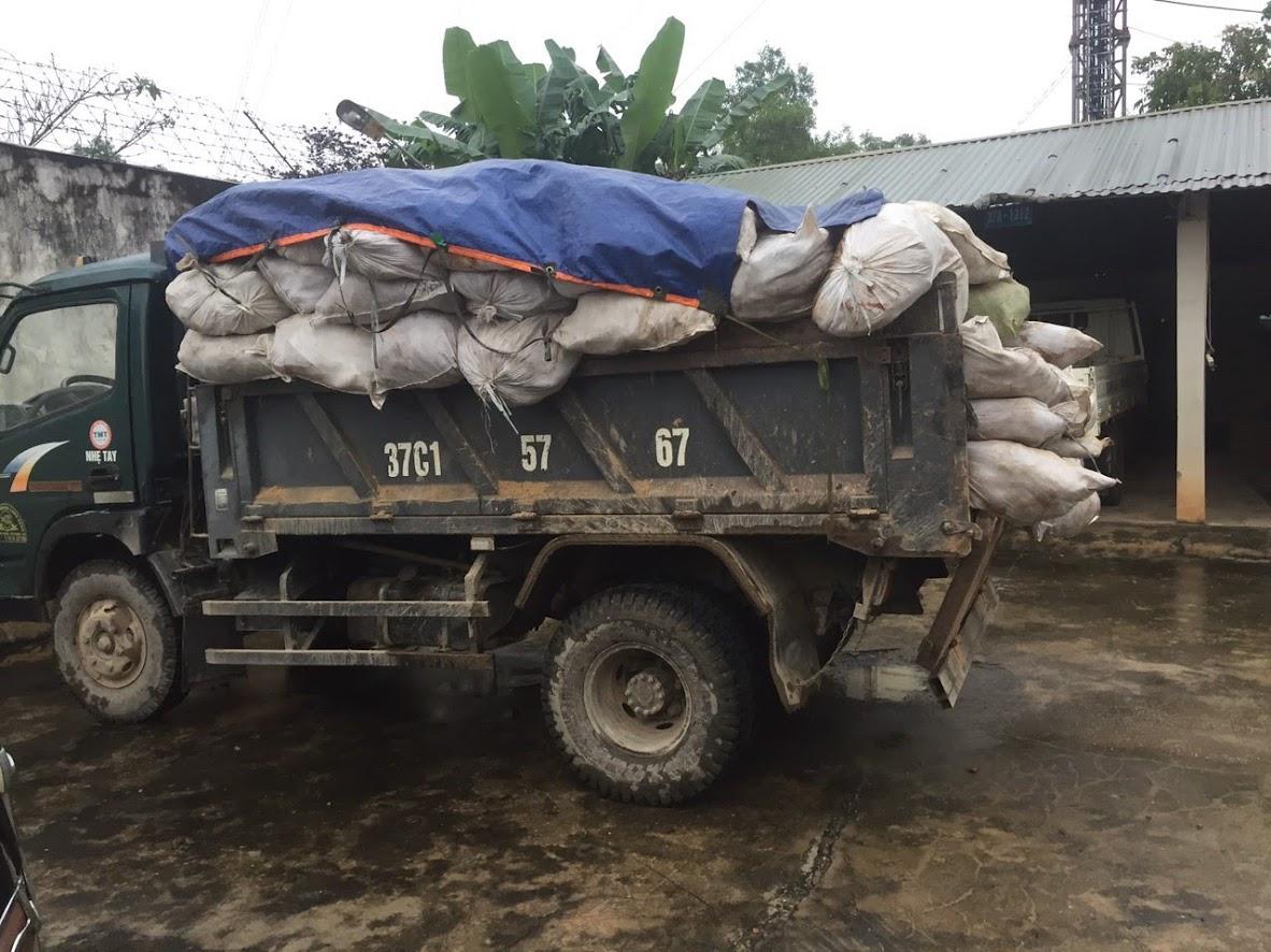 Chiếc xe tải và số da trâu bò đang bị tạm giữ