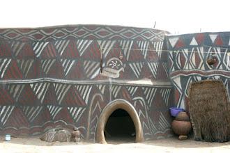 Photo: Maison peinte vers Sirigu, nord Ghana